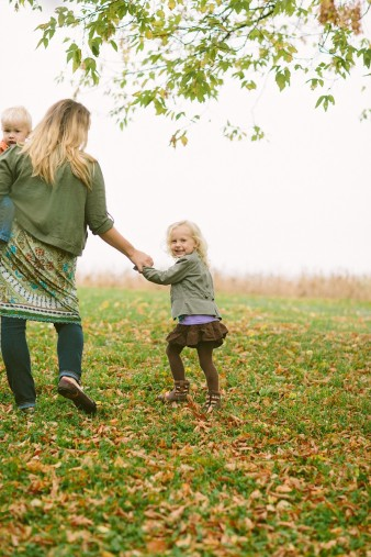 fall-family-photos-child-photographer-lifestyle.wi30