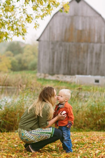 fall-family-photos-child-photographer-lifestyle.wi56