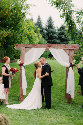 42-outdoor-leinenkugel-travel-themed-wedding-chippewa-falls-wi