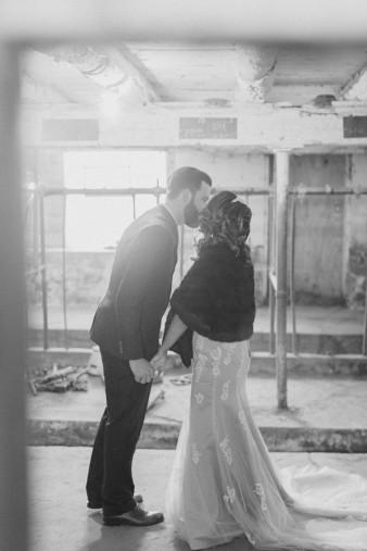 26-barn-first-look-bride-groom-wedding